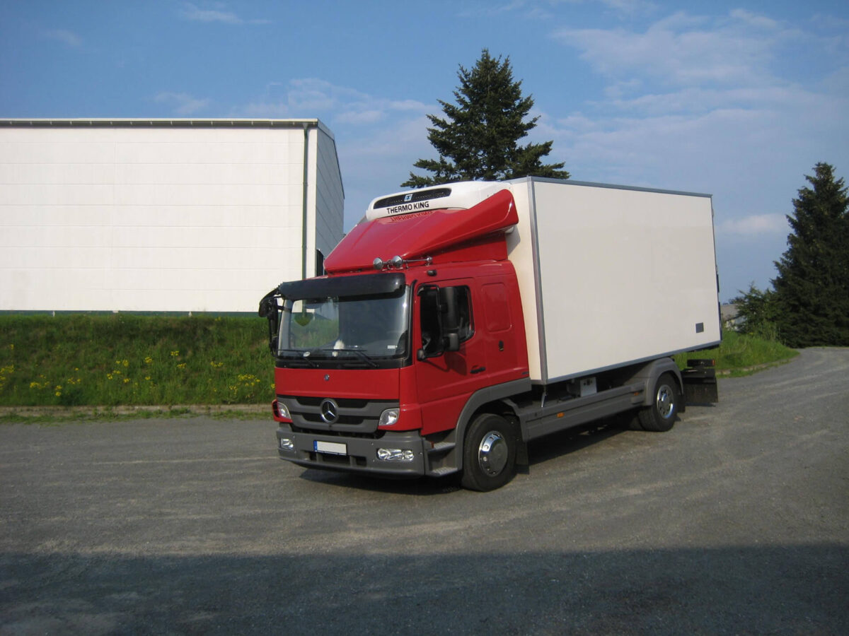 LOOK-ALIKE Sonnenblende für Mercedes Atego/Axor, S-Fahrerhaus F07/F20, Acrylglas inkl. Halter und Befestigungsmaterial für abc aeroline