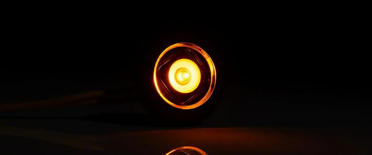 Gelbe Seitenmarkierungsleuchte im dunklen am Leuchten